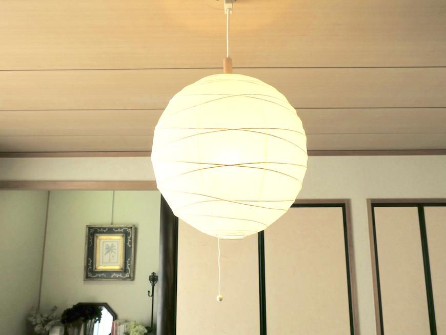 1Fリビング&和室 和紙のおしゃれ照明です。ユーカリの木かげにて リッチな暮らしが叶う家。 Ladies only【ユーカリの木の家】