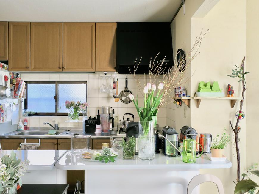 1Fキッチン。お花と植物がある空間は暮らしに彩りを添えてくれますね。ユーカリの木かげにて リッチな暮らしが叶う家。 Ladies only【ユーカリの木の家】