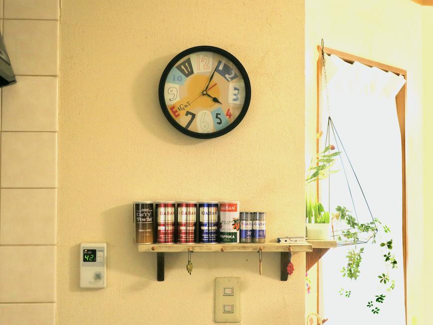 1Fキッチン。おしゃれな時計とスパイスラックとテラスの窓。ユーカリの木かげにて リッチな暮らしが叶う家。 Ladies only【ユーカリの木の家】