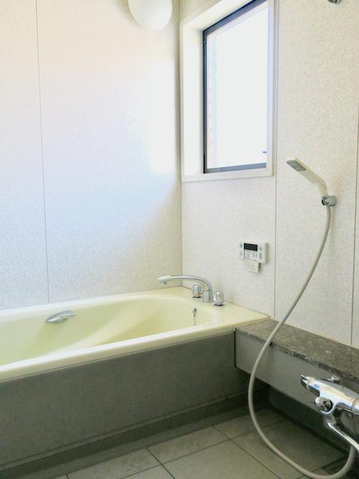 1F バスルーム。ゆったり広々窓付きです。ユーカリの木かげにて リッチな暮らしが叶う家。 Ladies only【ユーカリの木の家】