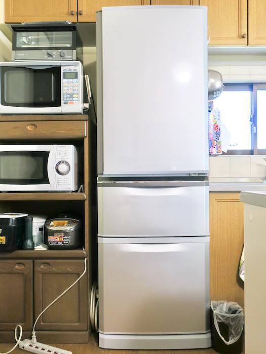 1Fキッチン。大型冷蔵庫は2台あります。ユーカリの木かげにて リッチな暮らしが叶う家。 Ladies only【ユーカリの木の家】