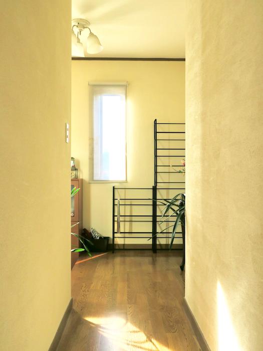 廊下から玄関を見た景色。優しい光に包まれている場所。ユーカリの木かげにて リッチな暮らしが叶う家。 Ladies only【ユーカリの木の家】