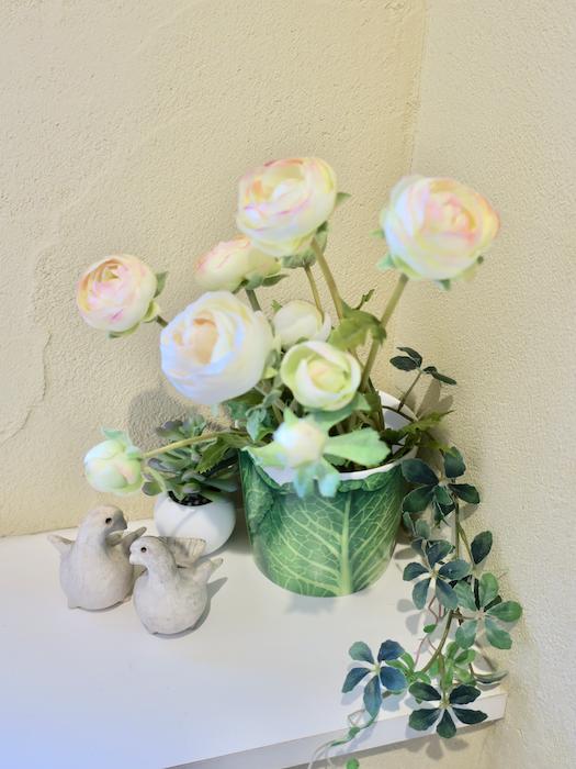 2Fトイレ 薔薇の置物。 おしゃれなトイレは快適です。ユーカリの木かげにて リッチな暮らしが叶う家。 Ladies only【ユーカリの木の家】
