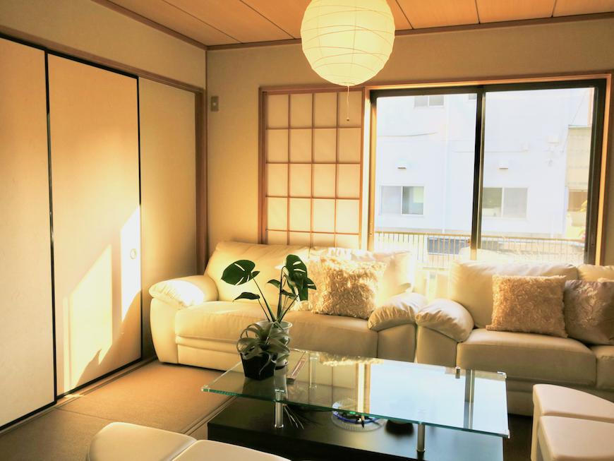 1Fリビング&和室柔らかい日差しと優しい照明。ユーカリの木かげにて リッチな暮らしが叶う家。 Ladies only【ユーカリの木の家】