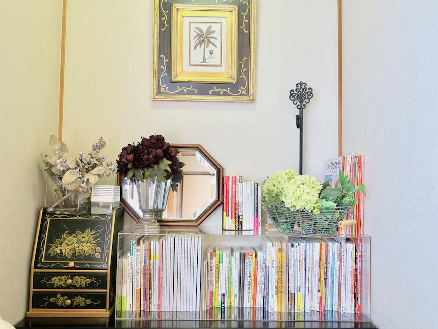 1Fリビング&和室 お料理本がたくさんあります。ユーカリの木かげにて リッチな暮らしが叶う家。 Ladies only【ユーカリの木の家】
