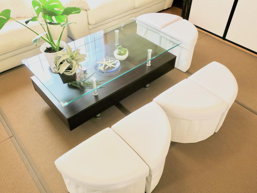 白いソファとガラステーブル リビング&和室ユーカリの木かげにて リッチな暮らしが叶う家。 Ladies only【ユーカリの木の家】