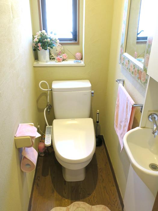 1F トイレ 壁がおしゃれ。窓もあって明るいです。ユーカリの木かげにて リッチな暮らしが叶う家。 Ladies only【ユーカリの木の家】