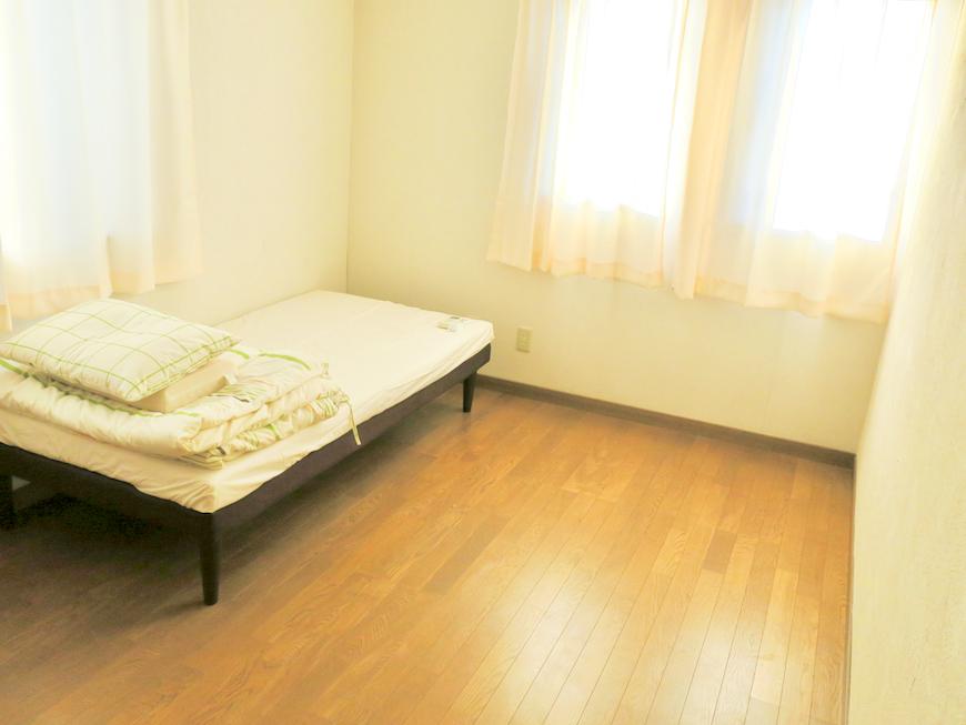 202号室 こちらも2面採光で優しい感じのお部屋です。ユーカリの木かげにて リッチな暮らしが叶う家。 Ladies only【ユーカリの木の家】