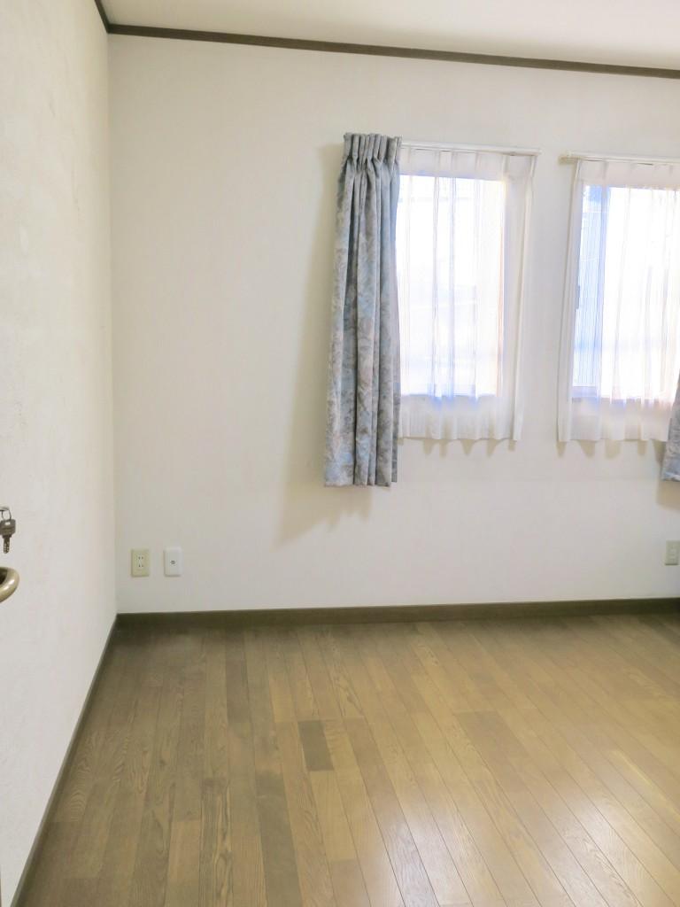 203号室。 床は無垢のフローリング。ユーカリの木かげにて リッチな暮らしが叶う家。 Ladies only【ユーカリの木の家】