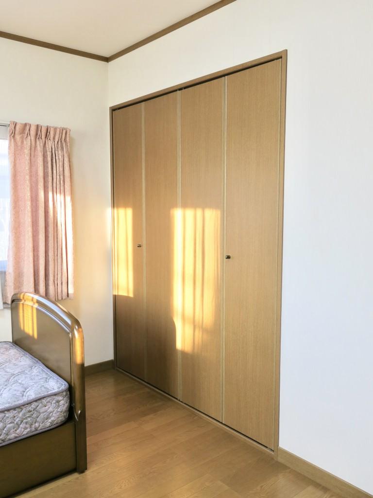 203号室 ベット奥に収納スペース。ユーカリの木かげにて リッチな暮らしが叶う家。 Ladies only【ユーカリの木の家】