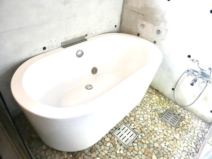 the LOFT 4-D 2階 バスルーム。スタイリッシュなバスタブ2