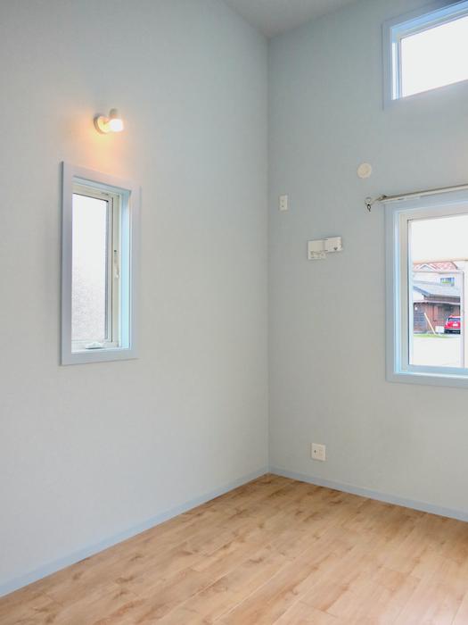 プリマノッツェ西尾 壱番館 プライベートルーム 絵になるお部屋。水色が素敵。1