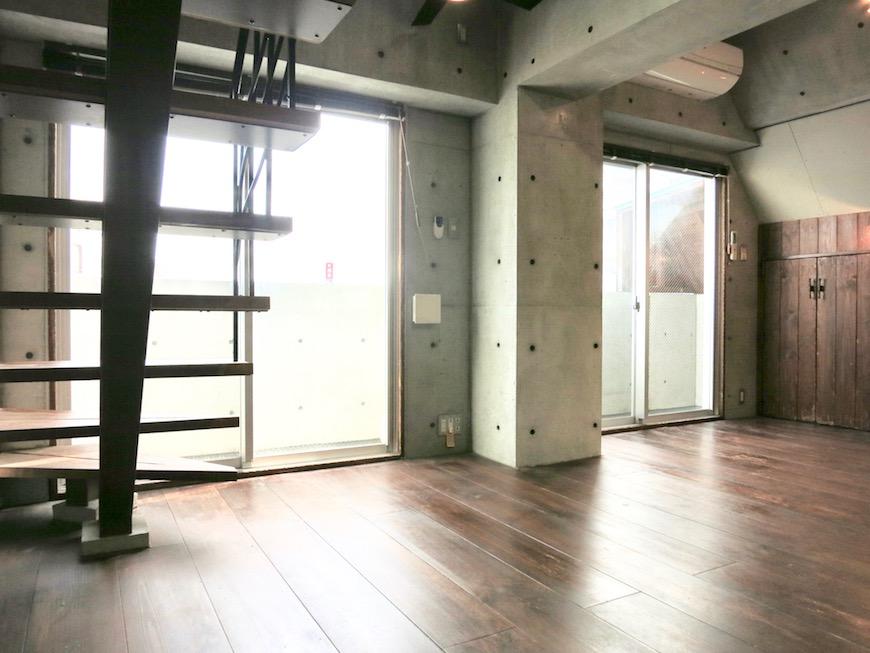 the LOFT 4-D リビング コンクリートと木のバランスが絶妙です。かっこいい2