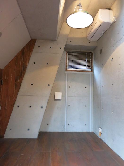 the LOFT 4-D 2階 Left Room おしゃれなキッズルーム 斜めにデザインされたコンクリートの壁が小粋な空間に。(反対側)3