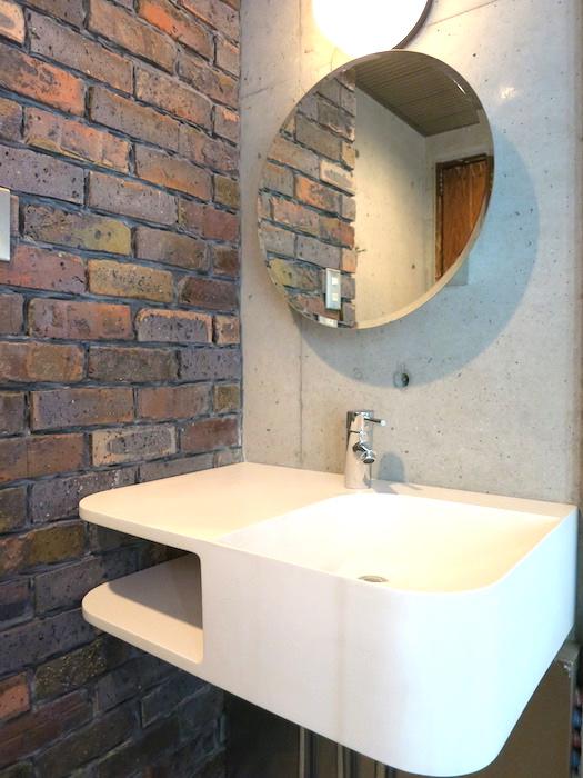 the LOFT 4-D 2階 バスルーム。丸い鏡四角い洗面台そしてレンガの壁。かっこよすぎです。1