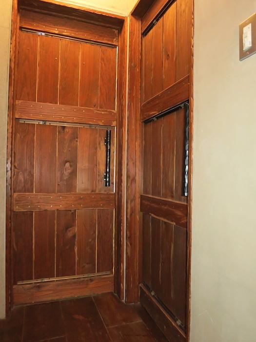the LOFT 4-D 2階の部屋への扉たち。2