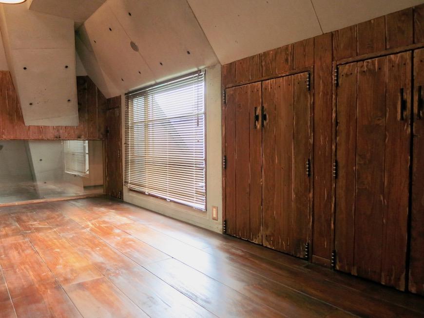 the LOFT 4-D 2階 Left Room おしゃれなキッズルーム 斜めにデザインされたコンクリートの壁が小粋な空間に。2