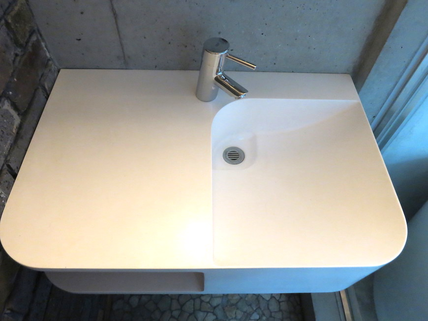 the LOFT 4-D 2階 バスルーム。丸い鏡四角い洗面台そしてレンガの壁。かっこよすぎです。3