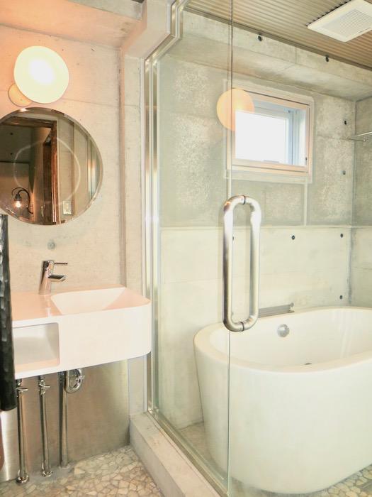 the LOFT 4-D 2階 バスルーム。ガラス張りですごくスタイリッシュ。1