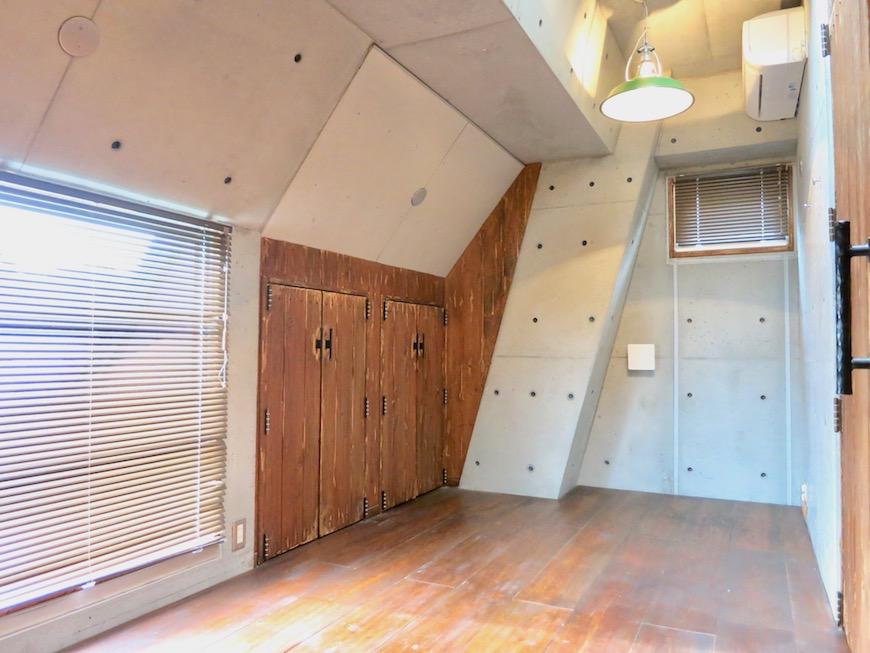 the LOFT 4-D 2階 Left Room おしゃれなキッズルーム 斜めにデザインされたコンクリートの壁が小粋な空間に。(反対側)1