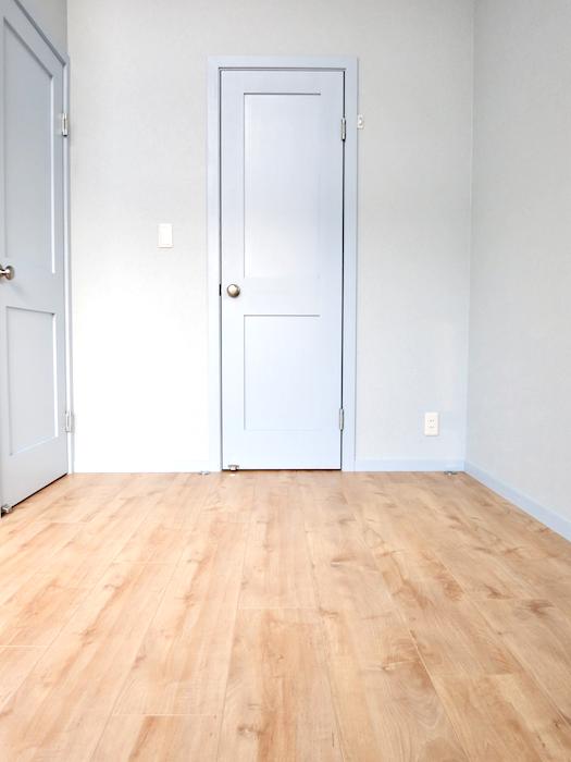 プリマノッツェ西尾 壱番館 プライベートルーム 水色とナチュラルデザインの床板が素敵 8