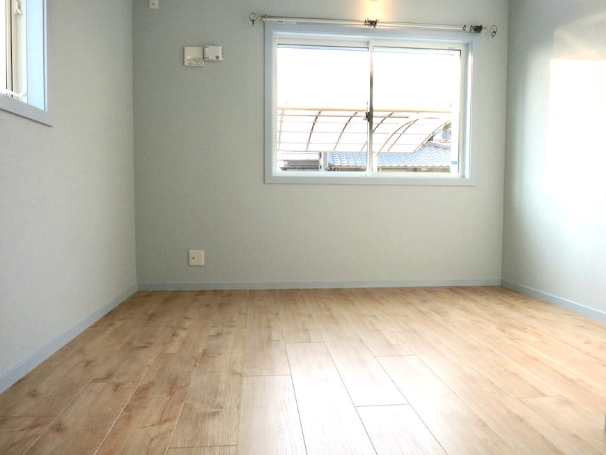 プリマノッツェ西尾 壱番館 プライベートルーム 水色とナチュラルデザインの床板が素敵 14