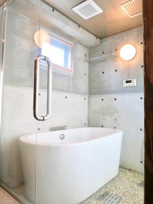 the LOFT 4-D 2階 バスルーム。ガラス張りですごくスタイリッシュ。2