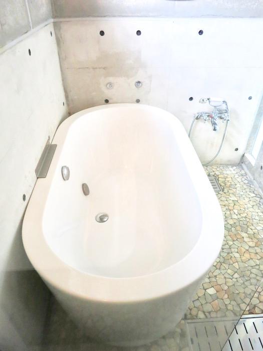 the LOFT 4-D 2階 バスルーム。スタイリッシュなバスタブ1