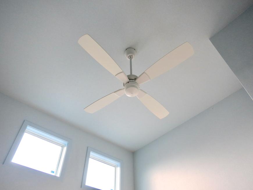 プリマノッツェ西尾 壱番館 プライベートルーム ホワイトのファンと水色の壁紙が素敵3