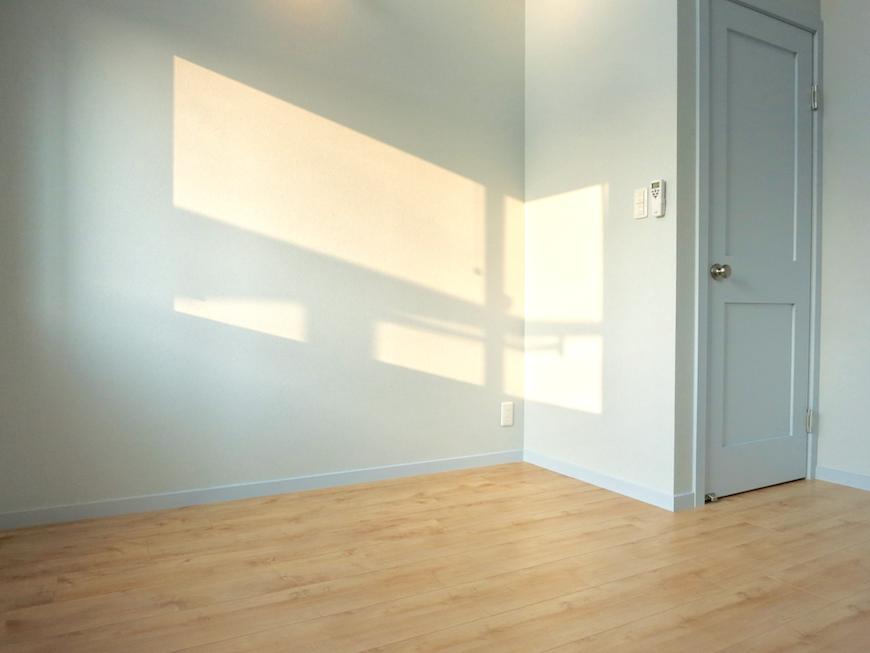 プリマノッツェ西尾 壱番館 プライベートルーム 水色とナチュラルデザインの床板が素敵 20