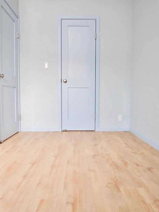 ロイヤルメープルの床とシアンブルーのお部屋 絵になる景色。8492