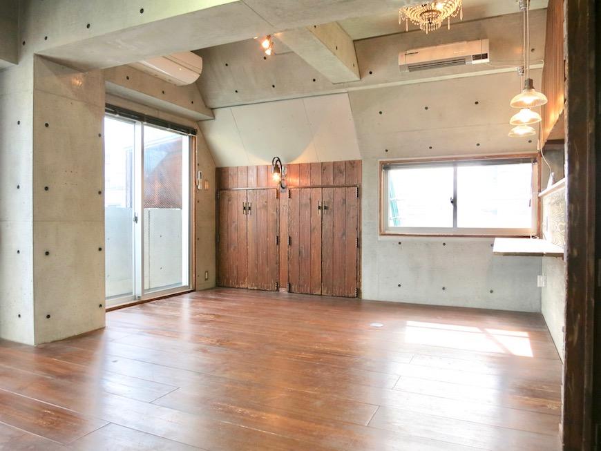 the LOFT 4-D リビング コンクリートと木のバランスが絶妙です。かっこいい4