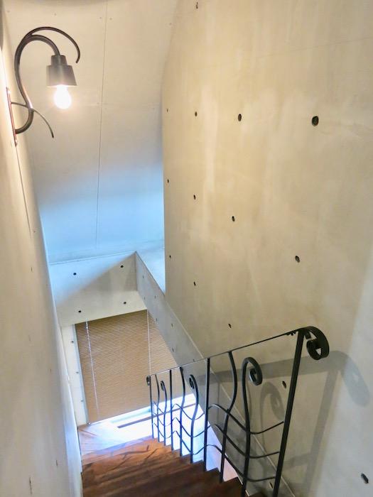 the LOFT 4-D 2階から階段下へ。2