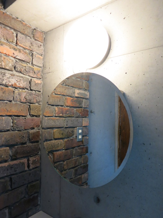the LOFT 4-D 2階 バスルーム。丸い鏡四角い洗面台そしてレンガの壁。かっこよすぎです。4