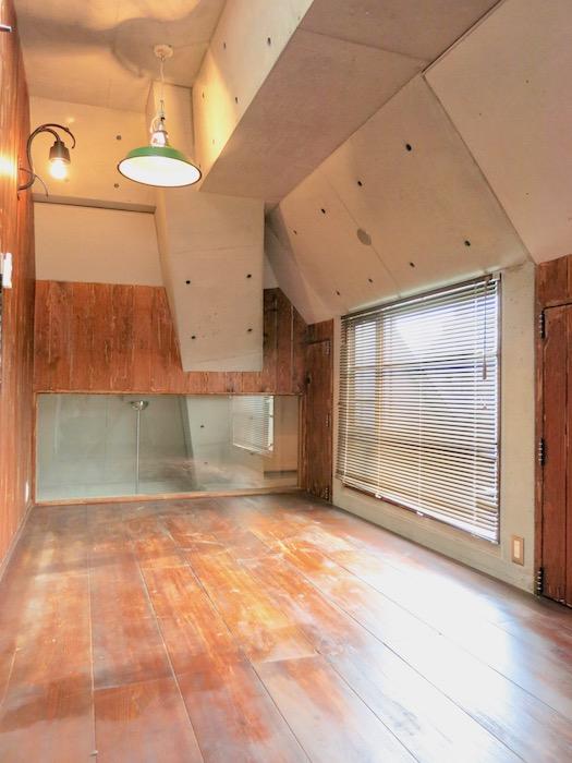 the LOFT 4-D 2階 Left Room おしゃれなキッズルーム 斜めにデザインされたコンクリートの壁が小粋な空間に。1
