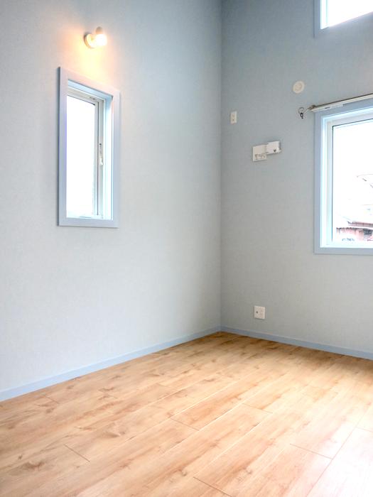 プリマノッツェ西尾 壱番館 プライベートルーム 水色とナチュラルデザインの床板が素敵 23