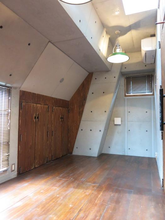 the LOFT 4-D 2階 Left Room おしゃれなキッズルーム 斜めにデザインされたコンクリートの壁が小粋な空間に。(反対側)2