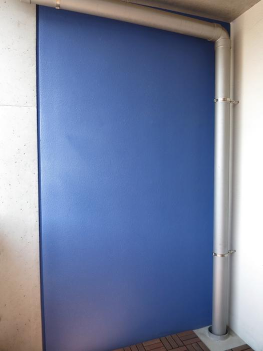 グラン・アルファ307 バルコニー 赤と青がアクセント。