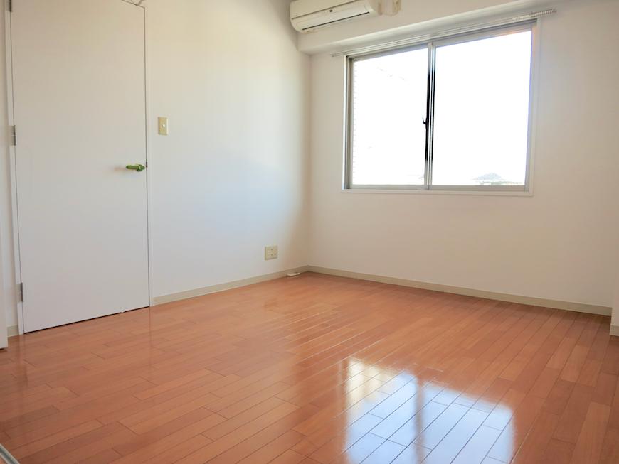 グラン・アルファ307 エアコン完備。窓も大きく明るい洋室。