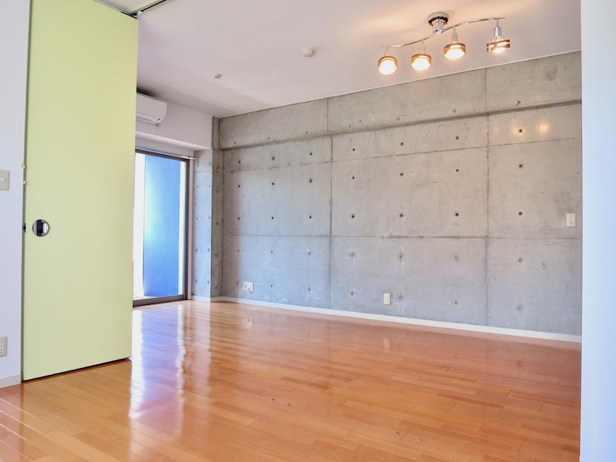 グラン・アルファ307お洒落な照明とモダンなコンクリート。そして黄色の扉。