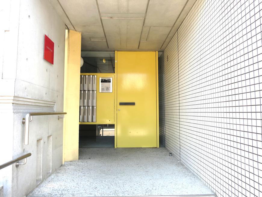 グラン・アルファ 建物入り口。黄色と赤が素敵です。オートロックで安全。