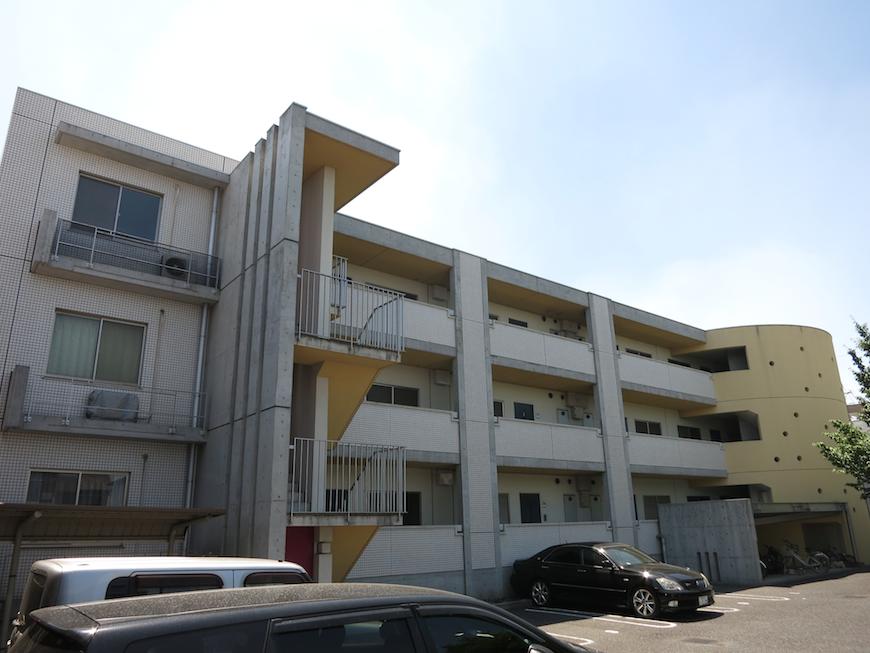 グラン・アルファ 外観 ポップカラーが建物のアクセント。