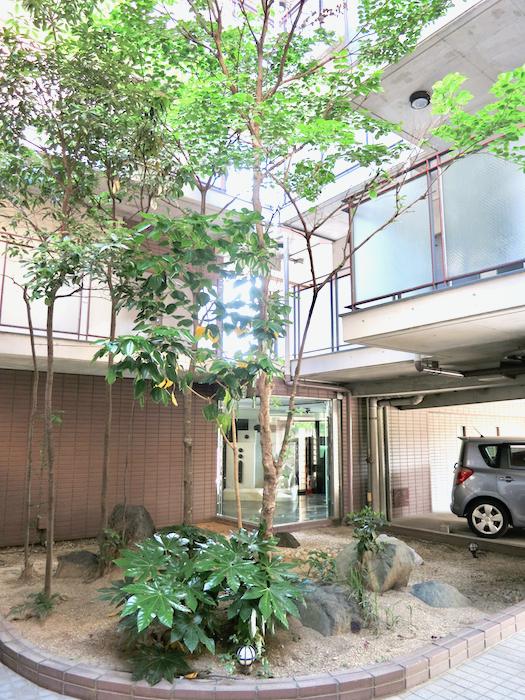 ラ・ヴィアン・ムロガ 外観 駐車場は建物の1Fに。緑が綺麗1