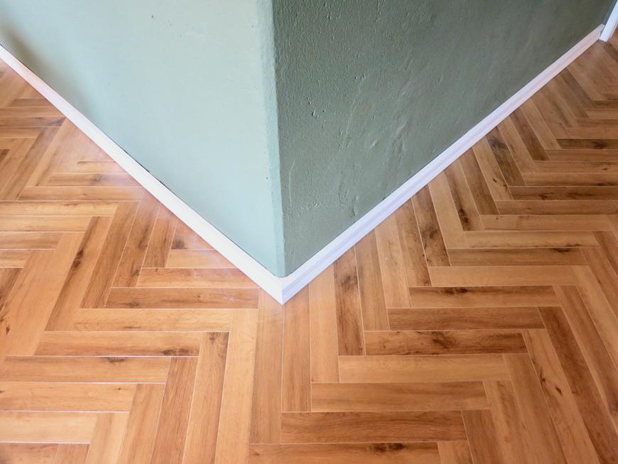 クラシカルなヘリンボーンの床とモールディング。 The Office 葵 3F3.png2