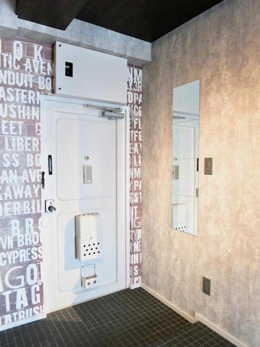 7E インダストリアル スタイル 玄関と姿見、コートハンガーのコントラストがカッコいい1