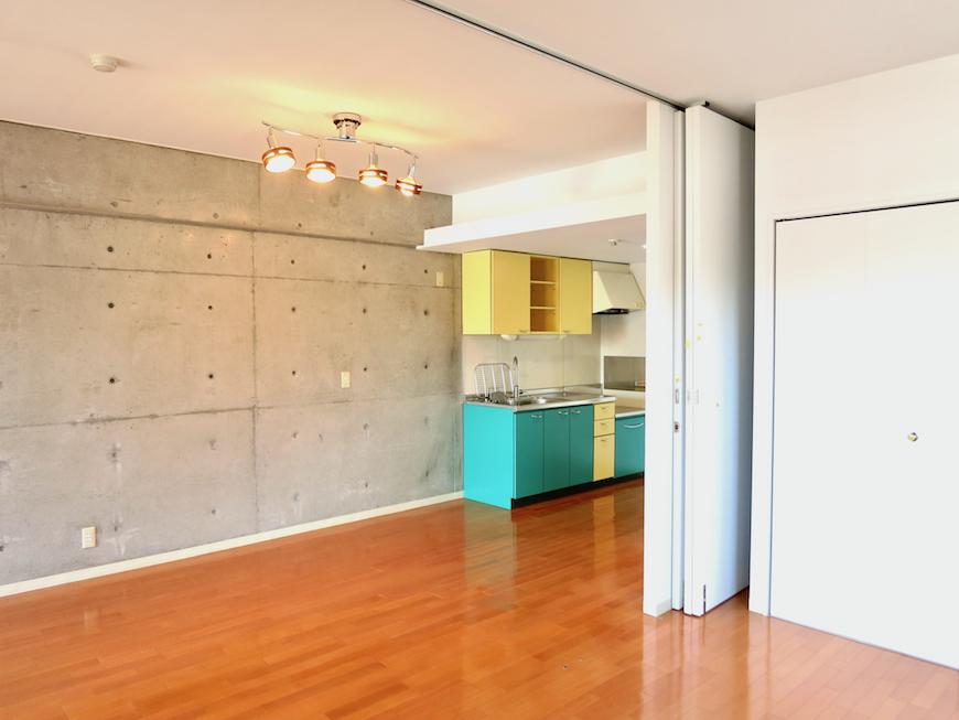 グラン・アルファ307 綺麗な床とコンクリートとキッチンのアクセントカラーが素敵。