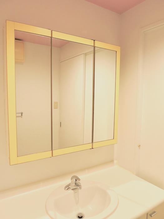 グラン・アルファ307 洗面化粧台 黄色のアクセントカラーと大きめの鏡。