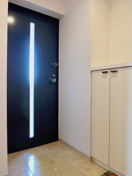 グラン・アルファ307 玄関の扉のカッティングが素敵です。