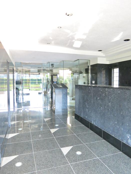 ラ・ヴィアン・ムロガ 603  高級感のある建物入り口付近1