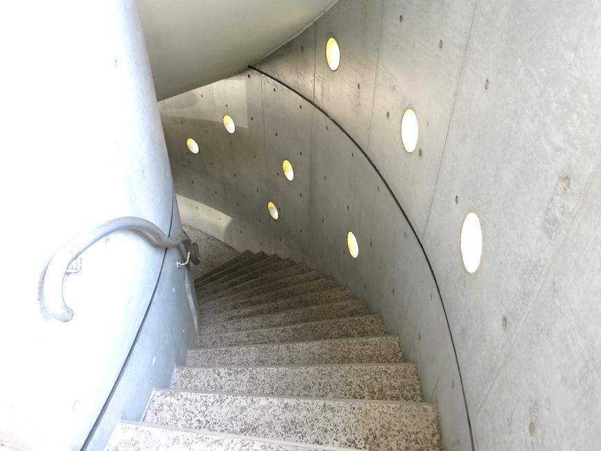グラン・アルファ 共用 螺旋階段とコンクリートの丸い可愛いくり抜きがお洒落。